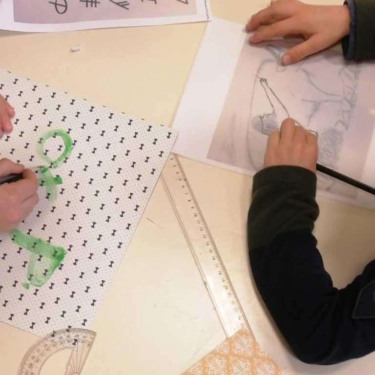 Travail manuel d'un enfant